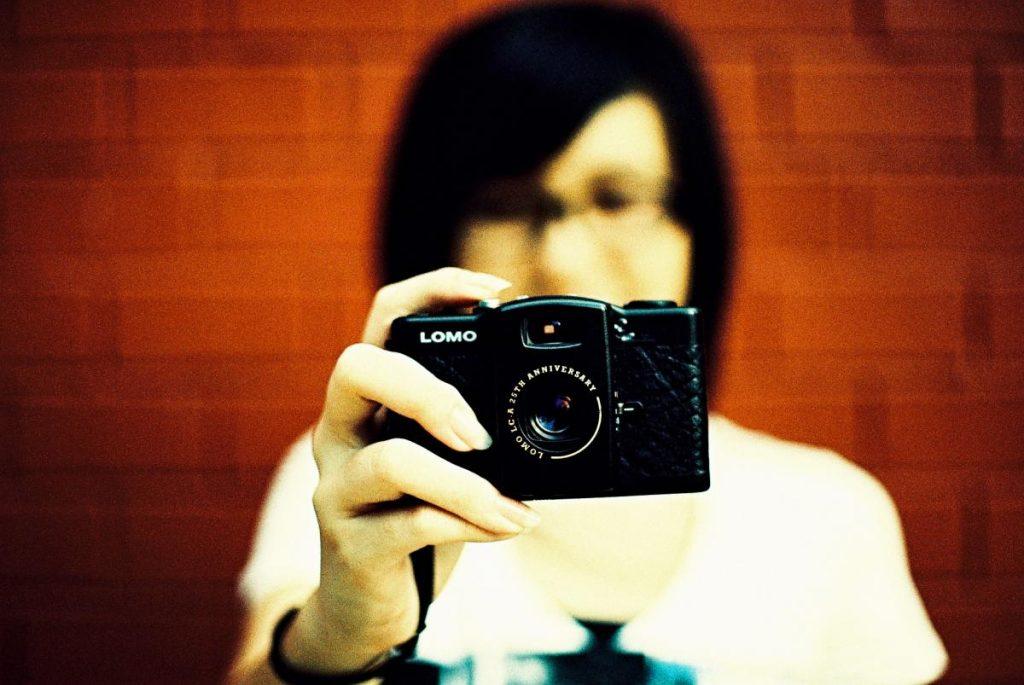 Lomo LC-A+-กล้องในมือ